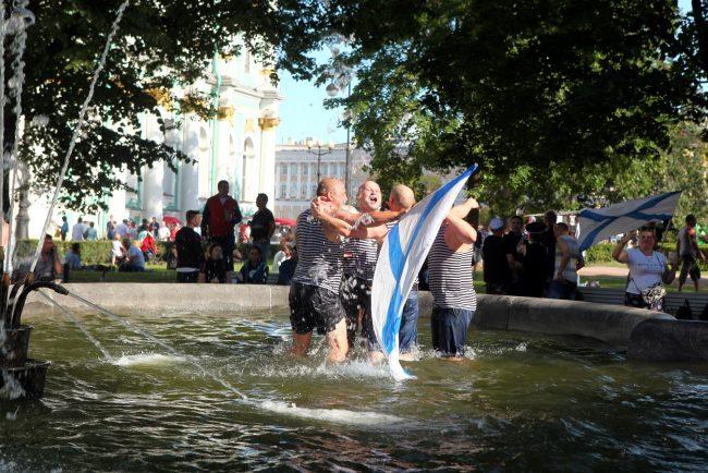 день ВМФ моряки купание в фонтанах