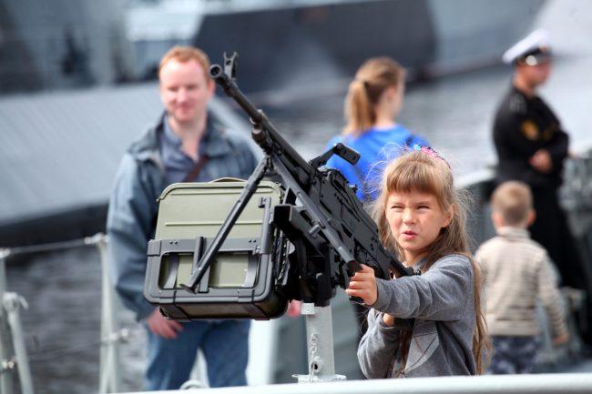 Военно-морской салон дети оружие пулемёт