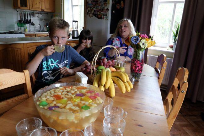 (Не)родная мама: что такое SOS-семьи, и как они живут?
