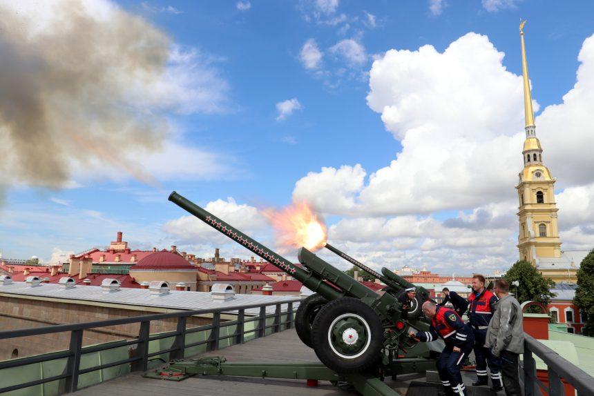 Петропавловская крепость полуденный залп пушка МЧС
