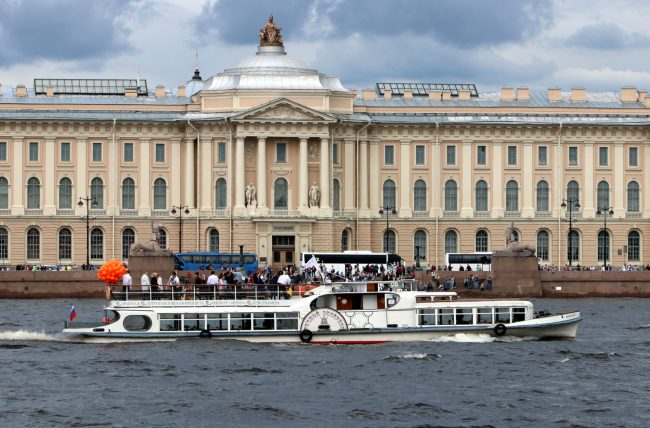речной фестиваль водный транспорт прогулочные теплоходы академия художеств
