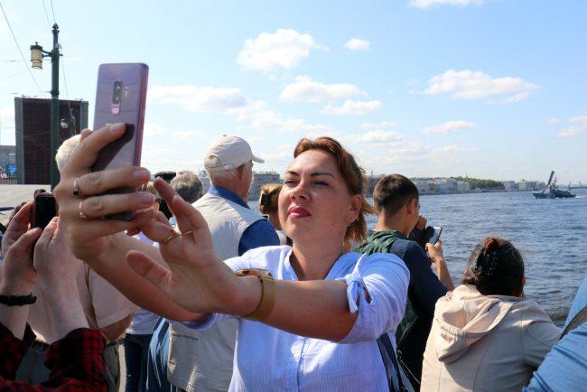 селфи себяшка мобильный телефон девушка корабли день ВМФ