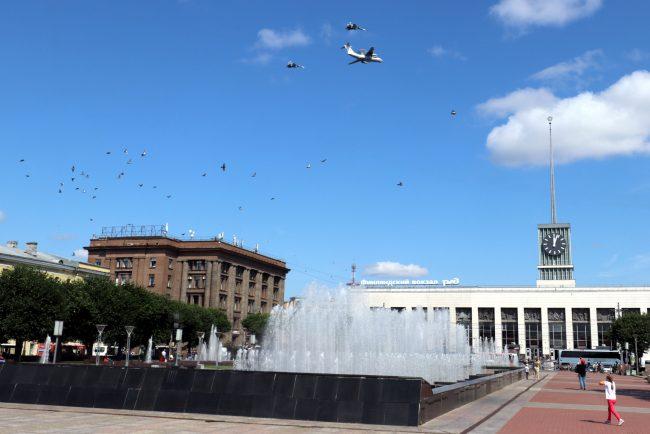 площадь Ленина фонтаны Финляндский вокзал самолёты день ВМФ