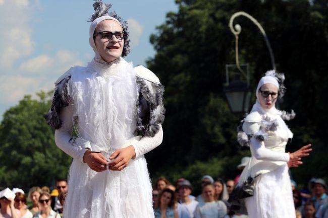 Весь парк – театр: на Елагином острове показывали уличные представления