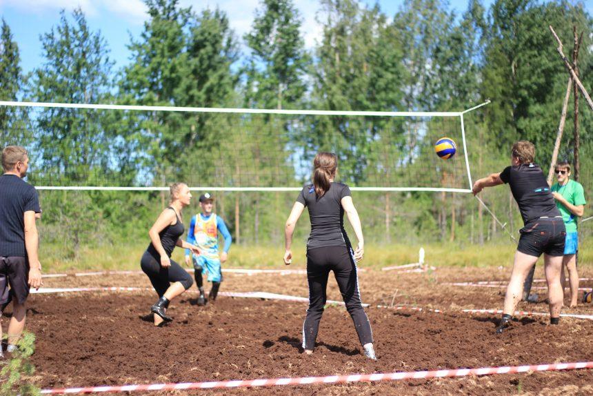 «Приматываем носки строительным скотчем, и всё в порядке!» – игроки в болотный волейбол о матчах и стирке