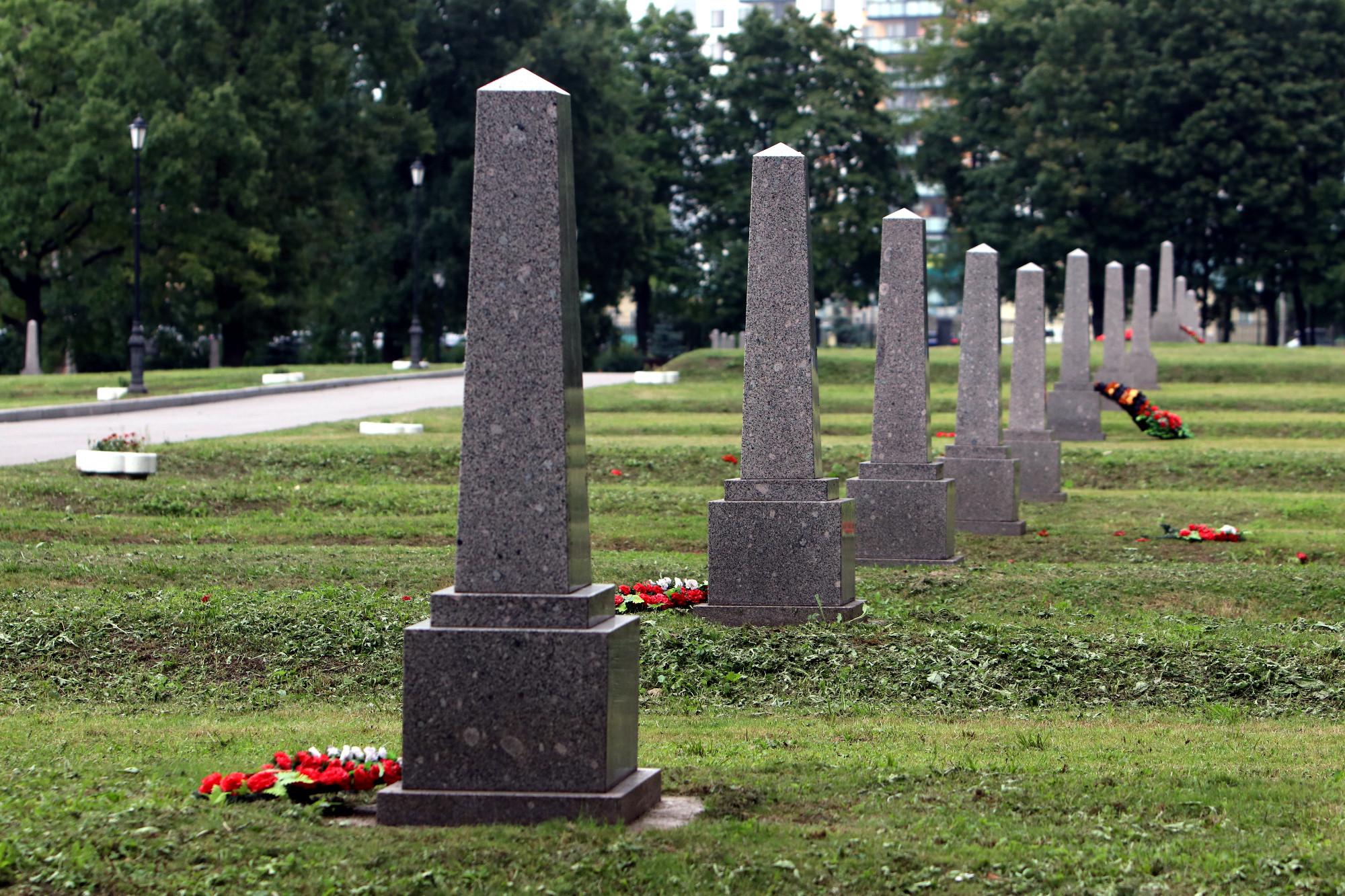 блокадное кладбище остров Декабристов памятники обелиски