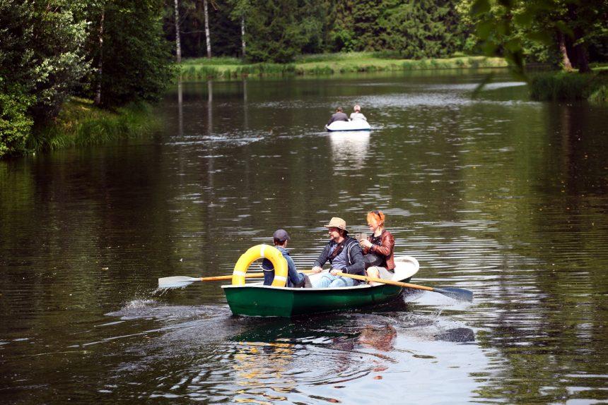 лето отдых вода парк катание на лодках