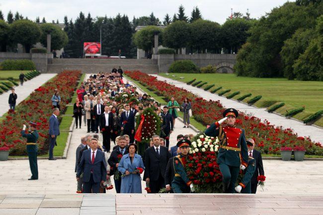 Пискарёвское мемориальное кладбище 75-летие окончания битвы за Ленинград
