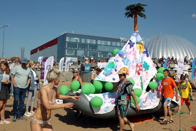 шоу самодельных плавательных конструкций заплыв