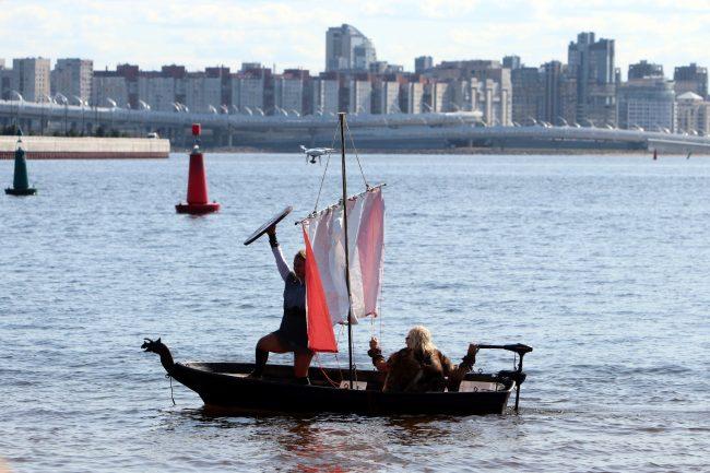 шоу самодельных плавательных конструкций заплыв викинги