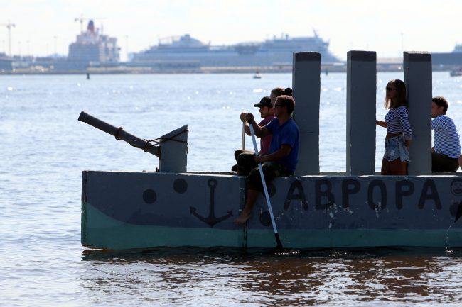 шоу самодельных плавательных конструкций заплыв крейсер аврора