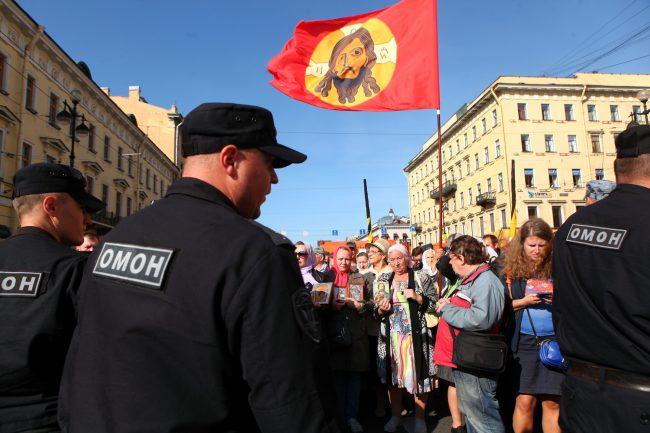крестный ход день перенесения мощей александра невского религия православие омон полиция