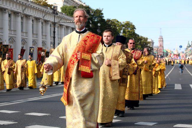 крестный ход день перенесения мощей александра невского религия православие священники