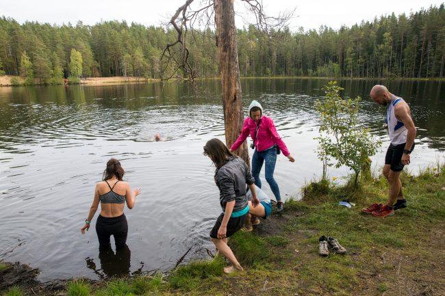 купание озеро спортсмены лес