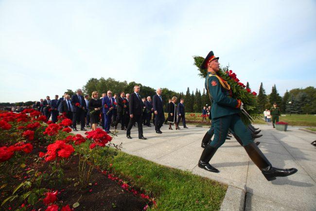 В День памяти жертв блокады Ленинграда на Пискарёвском кладбище возложили цветы и венки