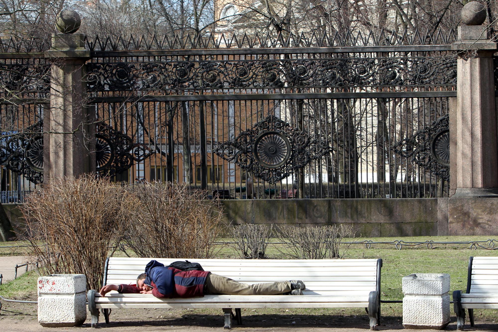 бомж бездомный алкоголик скамейка