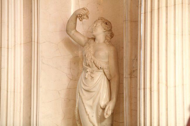 мраморный стенной фонтан