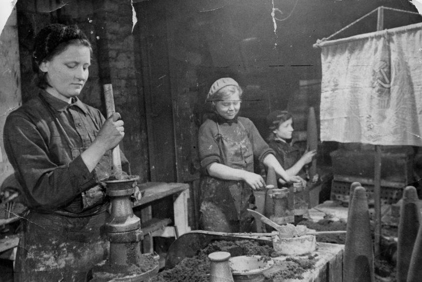 Возрождение Кировского завода после войны: общежитие среди станков, коптилки из гильз и женские бригады металлургов