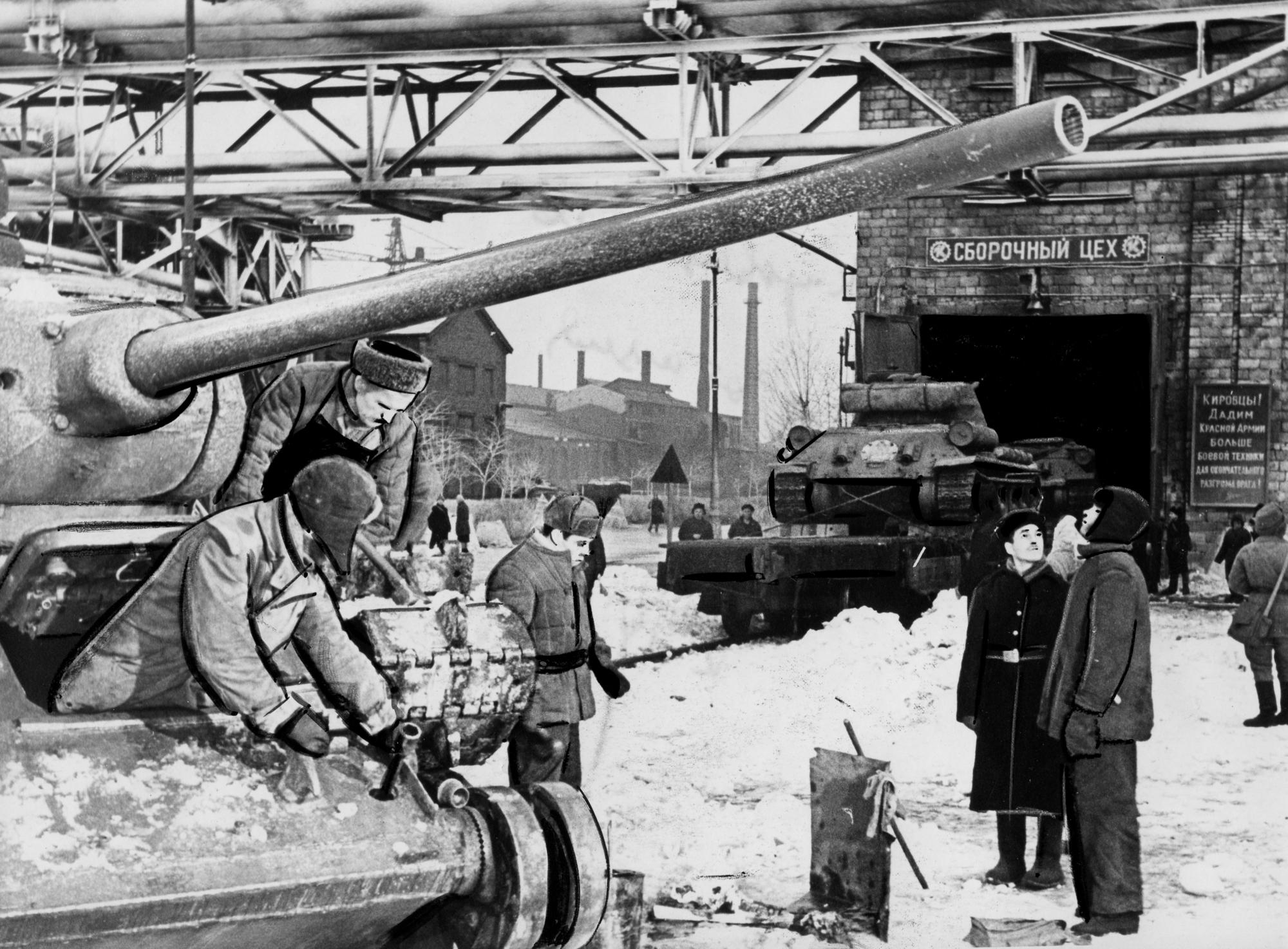 Ремонт танков для фронта около сборочного цеха.