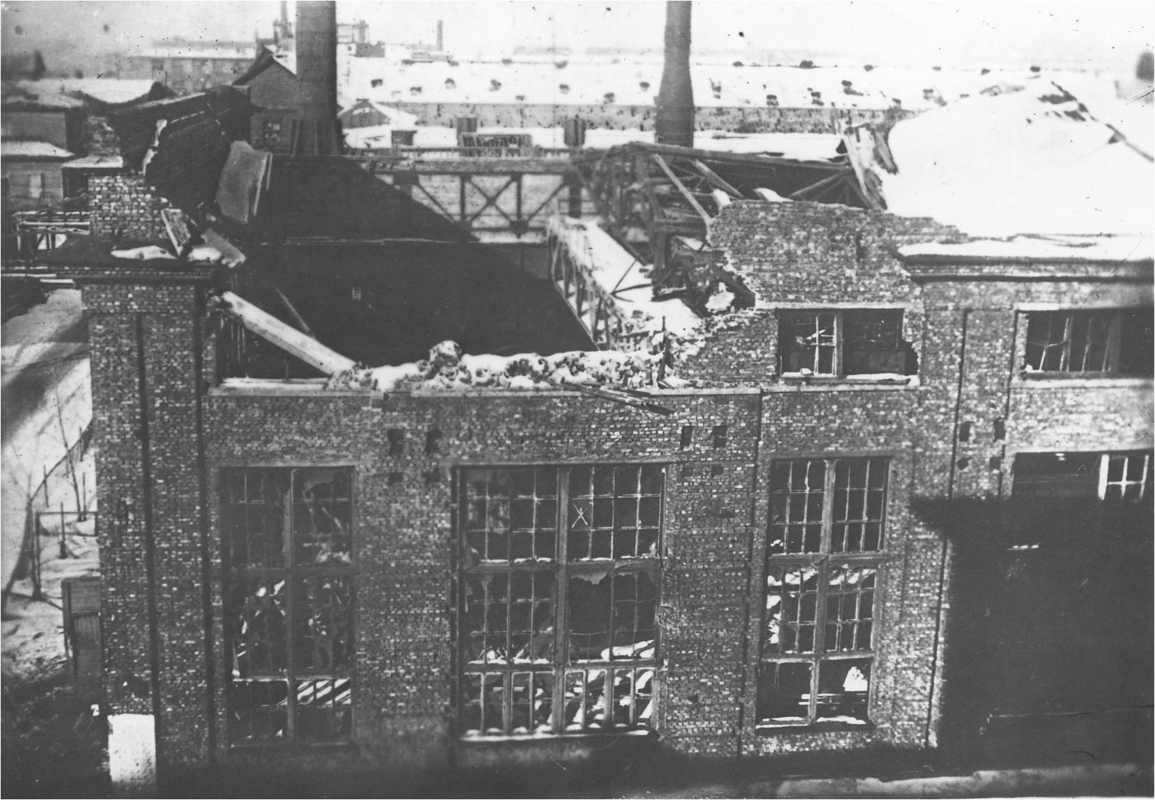 Сборочный цех после бомбежки. 1942 г.