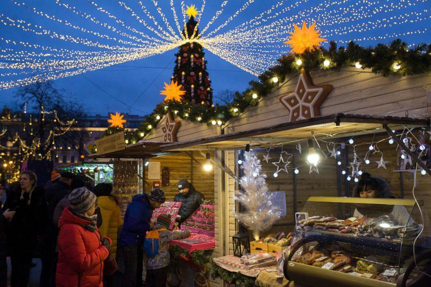 Рождественская ярмарка новый год торговля ёлка украшения