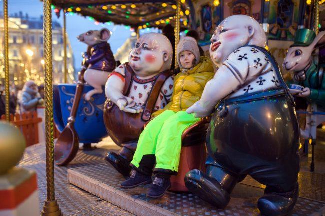 Рождественская ярмарка новый год карусели аттракционы