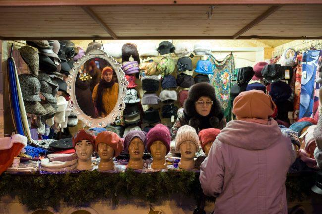Рождественская ярмарка новый год торговля шапки головные уборы