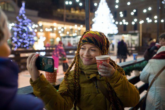Рождественская ярмарка новый год украшения иллюминация селфи мобильный телефон