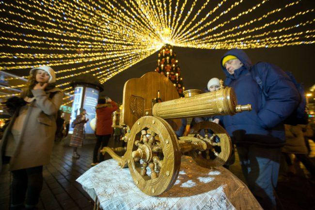 Рождественская ярмарка новый год украшения иллюминация пулемёт оружие