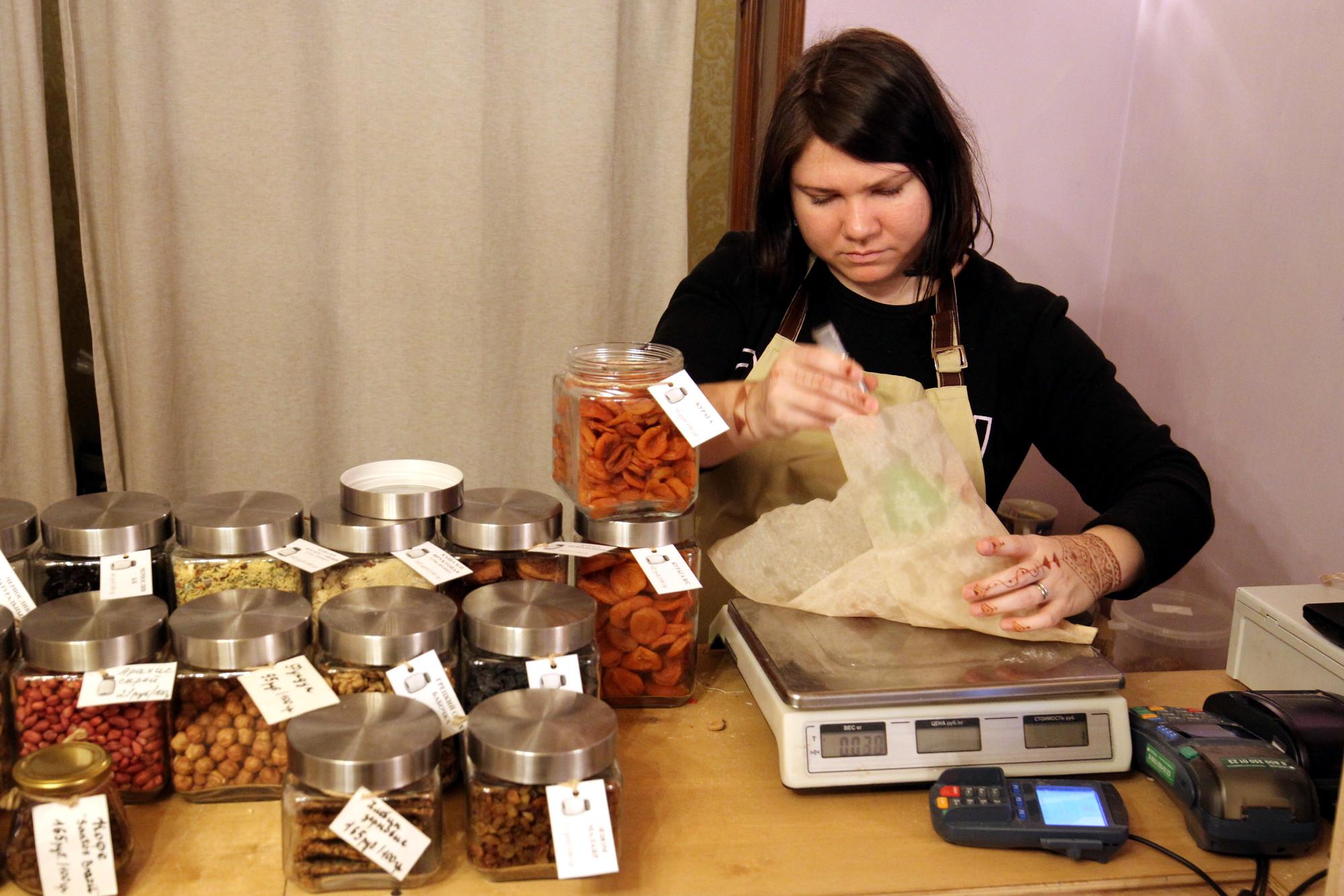 магазин без упаковки экологичный образ жизни сухофрукты весы торговля