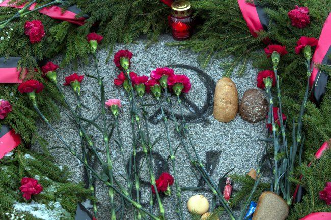 Пискарёвское мемориальное кладбище день освобождения Ленинграда от блокады цветы