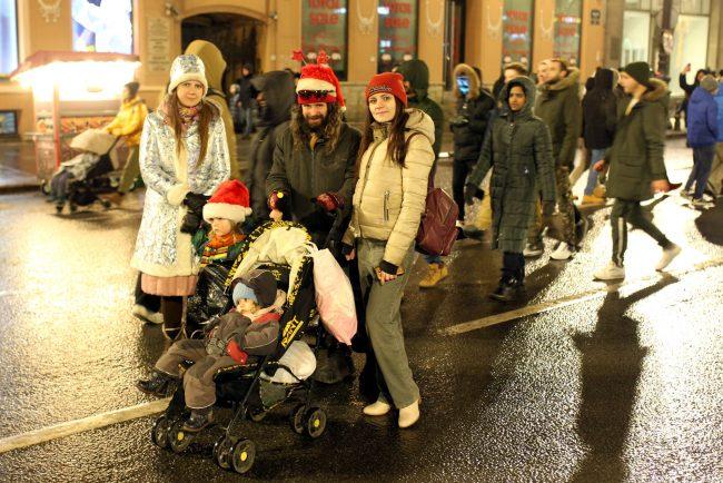 новый год новогодняя ночь гуляния семья семейная пара дети