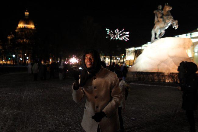 новый год новогодняя ночь бенгальские огни сенатская площадь медный всадник турист
