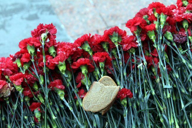 Пискарёвское мемориальное кладбище день освобождения Ленинграда от блокады цветы хлеб