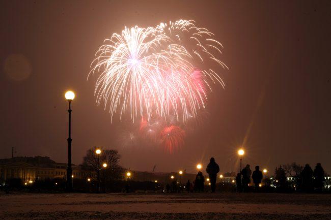 фейерверк салют день освобождения Ленинграда от блокады