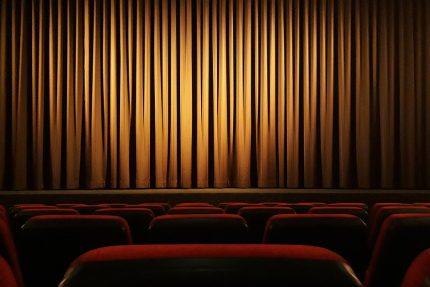 театр занавес сиденья кресла зрители представление спектакль