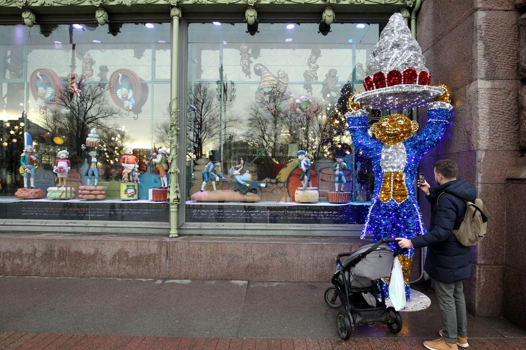 Елисеевский гастроном магазин витрина новогодние украшения