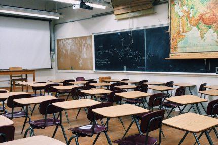 пустой класс дистанционное обучение школа