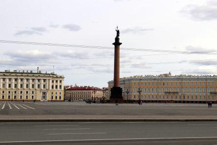 Дворцовая площадь, пустые улицы