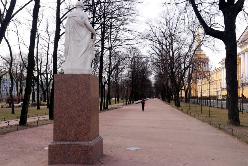 Александровский сад, скульптура Флора Фарнезская, бегун, спортсмен, пустые улицы