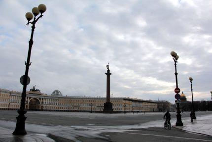 Дворцовая площадь, пустые улицы, карантин
