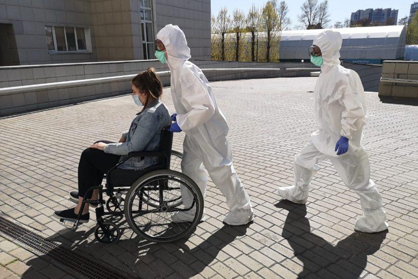 врачи, защитные костюмы, карантин, коронавирус