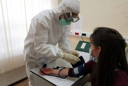 врачи, защитные костюмы, карантин, коронавирус, измерение артериального давления