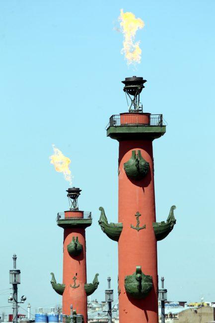 Ростральные колонны, факелы