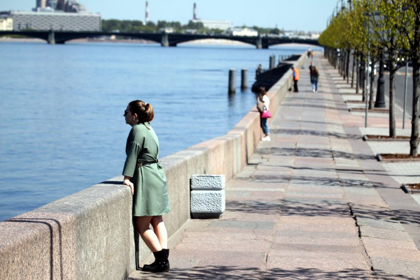 Дворцовая набережная, прогулки, отдыхающие, социальная дистанция, карантин
