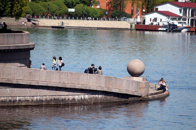 Стрелка Васильевского острова, отдыхающие, лето, Нева