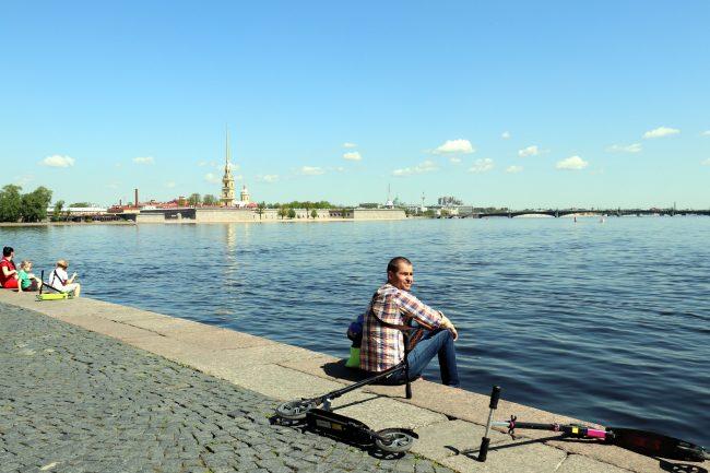 Стрелка Васильевского острова, отдыхающие, лето, Нева, самокаты