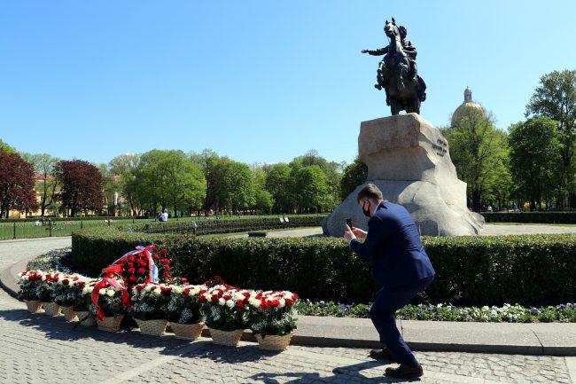 Медный Всадник, памятник Петру I, день города, цветы, фото, маска