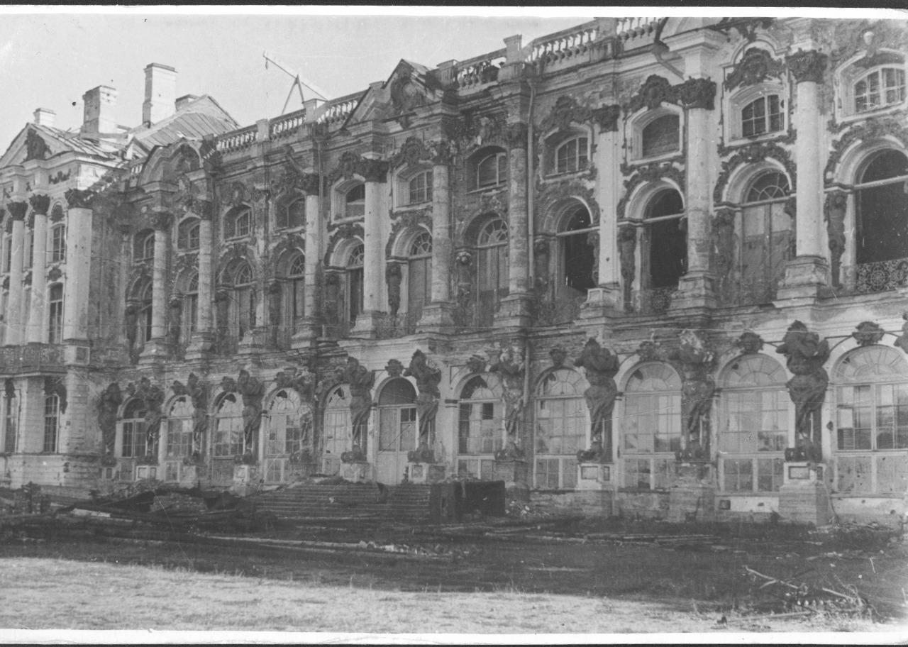 Фасад Екатерининского дворца, война, разрушение