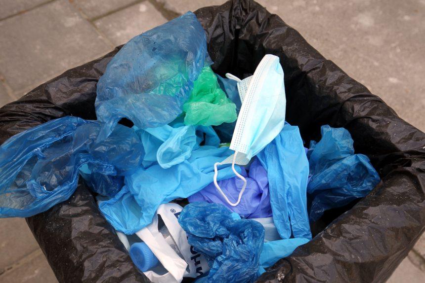 выброшенные маски, отходы, мусор